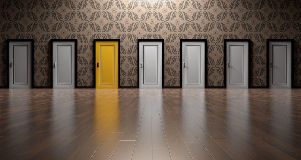 Ein Raum mit Türen, synonym für Varianten von Karriere