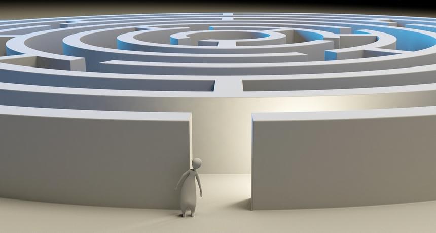 Humanoid steht vor einem Labyrinth